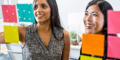 deux femmes en réunion projet