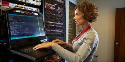 femme travaillant dans un data center